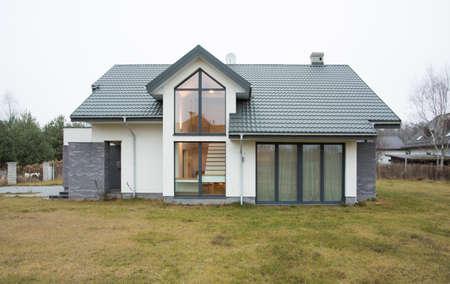 Photo pour Exterior view of detached house at autumn time - image libre de droit