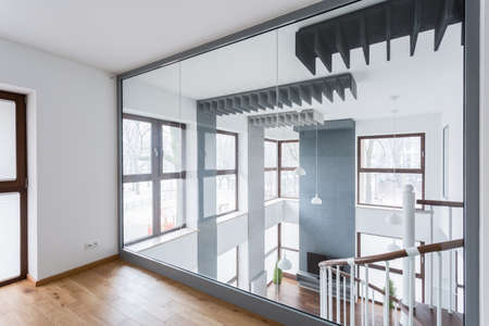 Photo pour Big mirror on wall in new modern room - image libre de droit