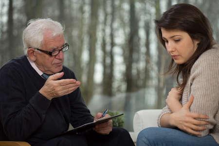 Foto de Portrait of senior psychotherapist and young patient - Imagen libre de derechos