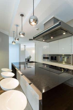Foto de White light kitchen in a luxury apartment - Imagen libre de derechos