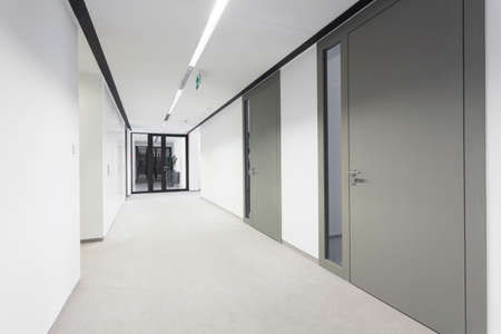 Foto de Empty bright hall in modern business office - Imagen libre de derechos