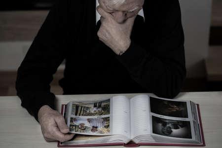 Foto de Lonely elderly man recollect happy memories from his life - Imagen libre de derechos