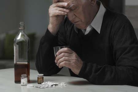 Foto de Heartbroken widower use drugs and alcohol to kill sadness - Imagen libre de derechos