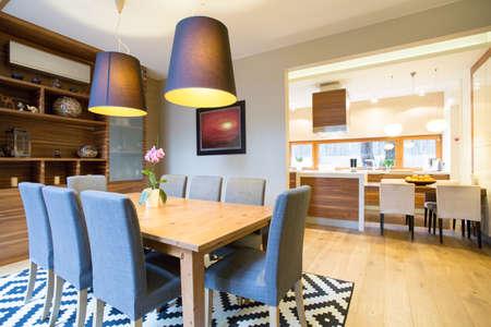 Photo pour Spacious dinning room in modern house - image libre de droit