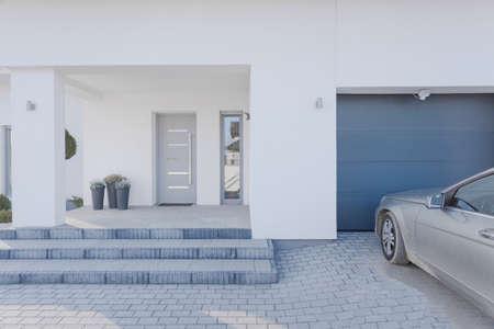 Photo pour Horizontal view of entrance to detached house - image libre de droit
