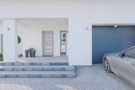 Foto de Horizontal view of entrance to detached house - Imagen libre de derechos