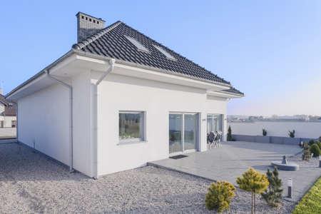 Photo pour External view of beauty single family home - image libre de droit