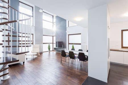 Photo pour Spacious contemporary living room in luxury mansion - image libre de droit