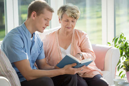 Foto de Male senior care assistant caring about elderly woman - Imagen libre de derechos
