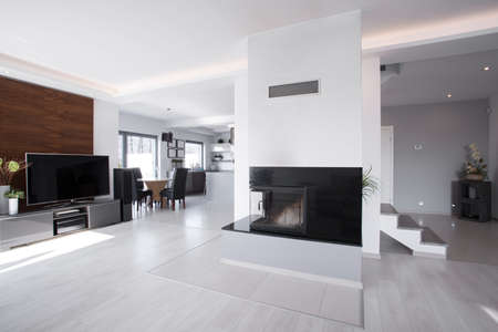 Foto de Horizontal view of bright contemporary mansion interior - Imagen libre de derechos