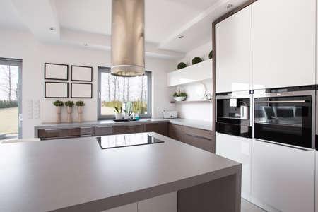 Photo pour Bright beauty kitchen interior in modern design - image libre de droit