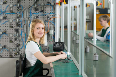 Foto de Young female production worker in manufacturing plant - Imagen libre de derechos