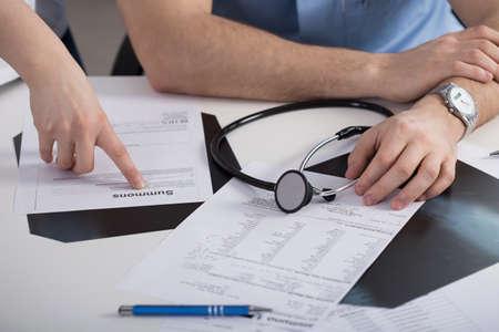 Foto de Summons paper on the table in doctor's office - Imagen libre de derechos