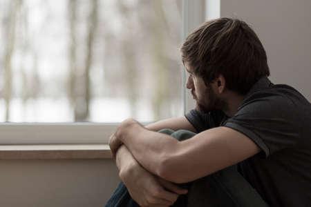 Foto de Portrait of young man suffering for depression - Imagen libre de derechos