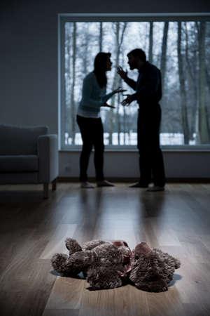 Foto de Vertical view of parents arguing at home - Imagen libre de derechos