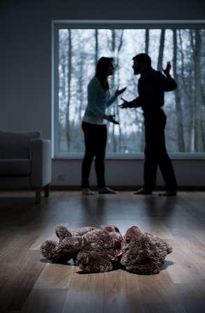 Foto de Vertical view of violence at child's home - Imagen libre de derechos