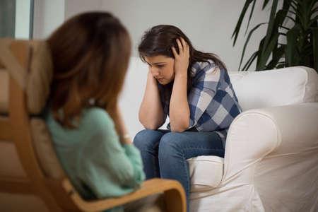 Foto de Women at psychotherapeutic session talk about her problems - Imagen libre de derechos