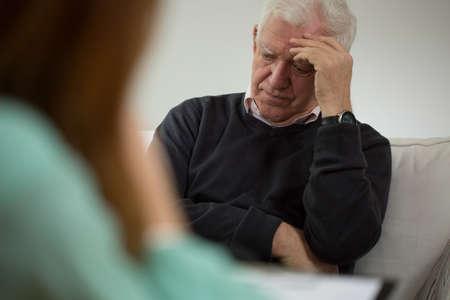 Photo pour Old man at visit in psychiatrist's office - image libre de droit