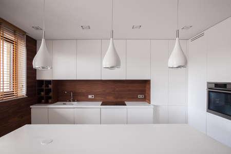 Photo pour Beauty white traditional kitchen with wooden details - image libre de droit