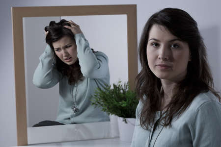 Foto de Young emotionally unstable woman with bipolar disorder - Imagen libre de derechos