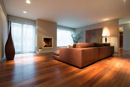 Photo pour Spacious family room with wooden floor - image libre de droit