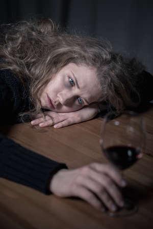 Foto de Picture presenting problem of alcoholism among young adults - Imagen libre de derechos