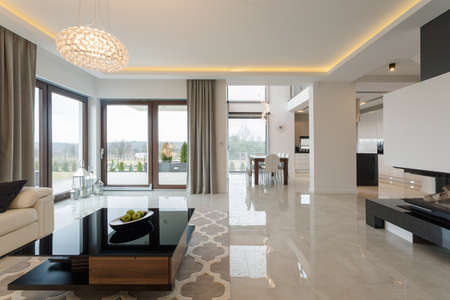 Foto de Photo of spacious expensive living room with shining marble floor - Imagen libre de derechos