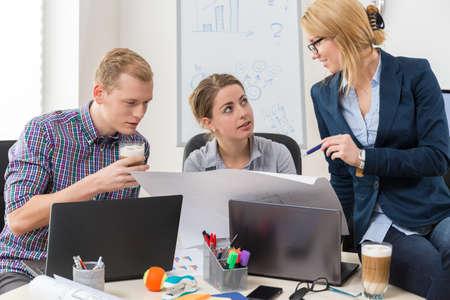 Foto de Office workers talking about guidelines to project - Imagen libre de derechos