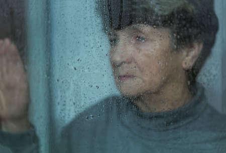 Foto de Elderly, sad and lonely women suffering from depression - Imagen libre de derechos