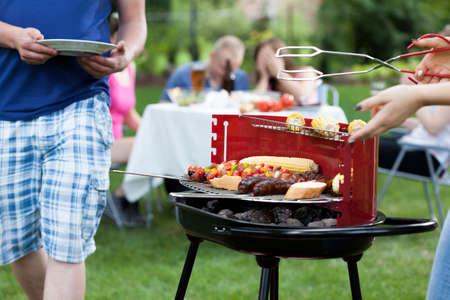 Photo pour Friends having nice fun on grill party - image libre de droit