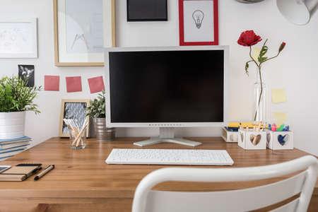 Foto de White desktop computer in new modern office - Imagen libre de derechos