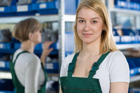 Photo pour Portrait of young female beautiful factory worker - image libre de droit