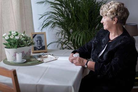 Foto de Photography is reminding the widow about her husband - Imagen libre de derechos