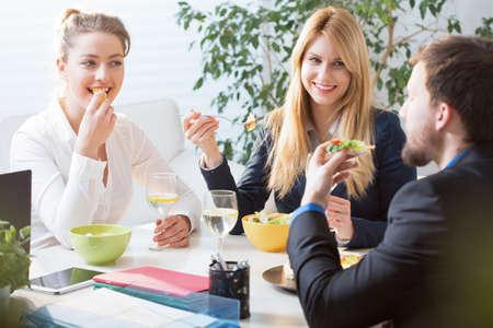 Foto de Horizontal view of team eating business lunch - Imagen libre de derechos
