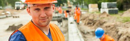 Photo pour Construction worker is content because of his job - image libre de droit