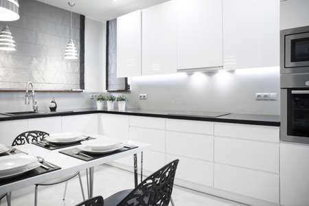 Photo pour White luxury kitchen in contemporary house - image libre de droit