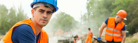 Foto de Tired construction worker is thinking about perspectives - Imagen libre de derechos
