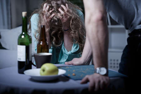 Foto de Drunk aggressive husband and his scared wife - Imagen libre de derechos