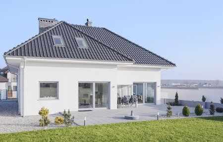 Photo pour White modern bungalow designed in scandinavian style - image libre de droit