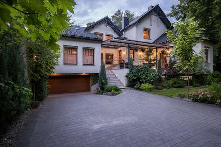 Photo pour External view of luxury modern detached house - image libre de droit