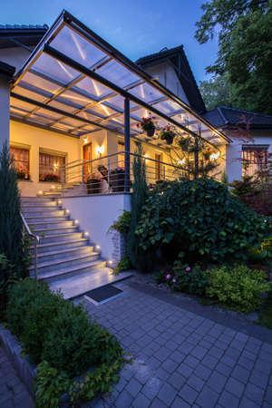 Foto de Vertical view of entrance to luxury residence - Imagen libre de derechos
