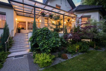 Photo pour Luxury house with verandah and beauty garden - image libre de droit