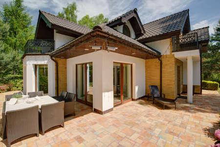 Photo pour Beauty luxury detached house - view from outside - image libre de droit