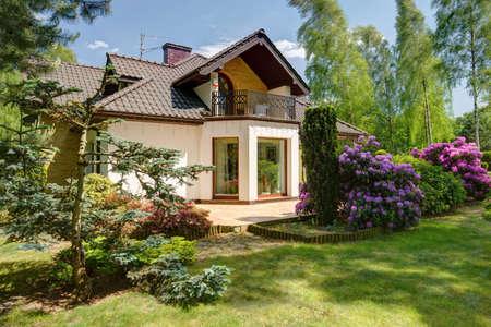 Foto de Beauty garden in front of detached house - Imagen libre de derechos