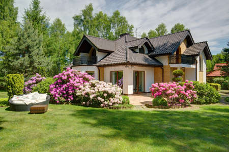 Foto de Picture of beautiful village house with garden - Imagen libre de derechos