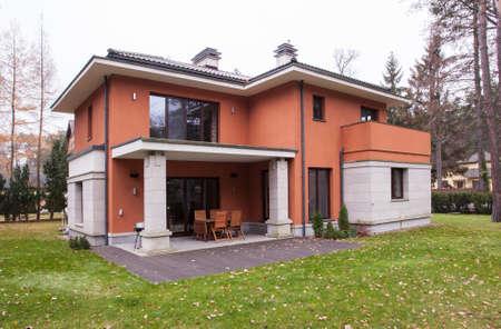 Photo pour Front of modern detached house for sale - image libre de droit