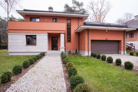 Photo pour Horizontal view of front yard walkway design - image libre de droit
