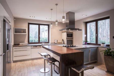 Photo pour Horizontal view of spacious modern kitchen interior - image libre de droit