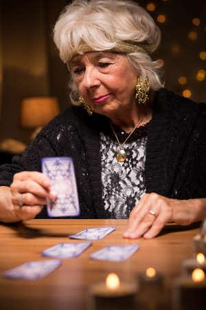 Foto de Photo of aged female telling fortune from cards - Imagen libre de derechos
