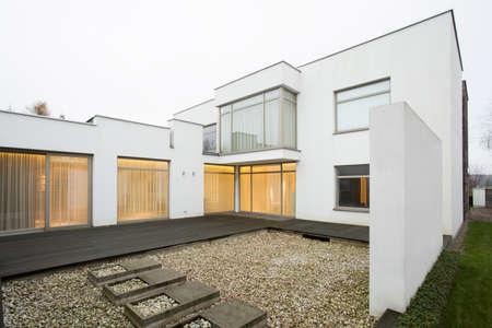 Photo pour Horizontal view of patio in single-family home - image libre de droit